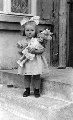 Vintage Children Photos, Images Vintage, Vintage Girls, Vintage Pictures, Old Pictures, Old Photos, Retro Vintage, Old Dolls, Antique Dolls