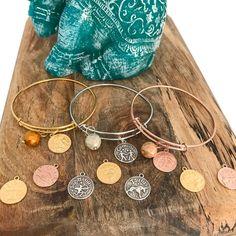 Pulseras de metal en oro, oro rosa o plata, con bolita de cristal checo y tu horoscopo.