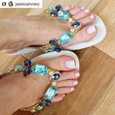 "1,914 Me gusta, 0 comentarios - Daiane Dias (@daiahh_dias) en Instagram: ""Perfeição 😍😍 . . . . #Repost @jessicariviery (@get_repost) ・・・ Genteeee JURO que eu não sei lidar…"" Flip Flops Diy, Flip Flop Craft, Cute Sandals, Black Sandals, Jeweled Sandals, Pretty Toes, Crochet Slippers, Bare Foot Sandals, Designer Shoes"