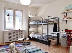 szary kolor w dziecinnym pokoju,pokój dla dzieci,aranzacja pokoju dziecięcego,jak urzadzić pokój dla dwójki dzieci,pietrowe łóżka w pokoju d...