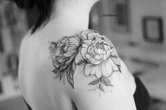 delikatny tatuaż kwiatów piwonii czarny  na barku Peonies Tattoo, Shoulder Tattoo, Tatoo, Shoulder Tattoos, Arm Tattoo