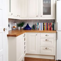 Cream-and-Oak-Shaker-Style-Kitchen-Style-At-Home-Housetohome Nice except for metro tiles! White Gloss Kitchen, White Shaker Kitchen, Shaker Style Kitchens, Home Kitchens, Ivory Kitchen, Country Kitchen, New Kitchen, Kitchen Decor, Kitchen Modern