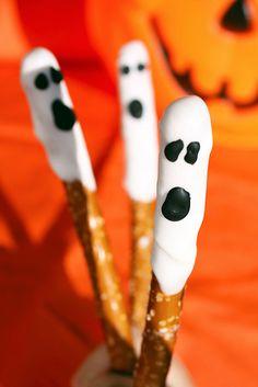 Delightfully cute (errr, I mean, spooky :D) Halloween pretzel sticks