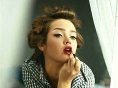 I wish i looked this perfect while applying my makeup ^_^