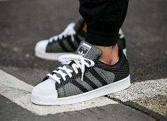 Découvrez la Adidas Superstar Weave Black White, une basket en toile tissée blanche et noire. Un style digne de la Nike Dunk Ugly Christmas Sweater