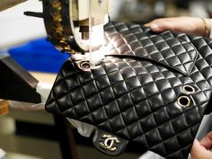 The making of Chanel leather bag Clean Leather Purse, Leather Bag Design, Leather Purses, Leather Workshop, Classic Handbags, Craft Bags, Bag Patterns To Sew, Chanel Classic Flap, Leather Fashion