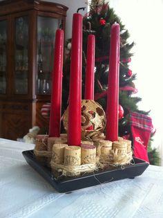 Centro de mesa navideño con corchos de botellas de vino.