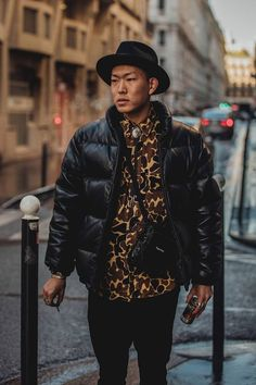 Click through for the best street style looks spotted at Paris Menswear Fashion Week Fall/Winter captured live by Jonathan Daniel Pryce. Mens Street Style 2018, Street Style Fashion Week, Mens Fashion Week, Men Street, Cool Street Fashion, Street Style Looks, Street Wear, Fashion Week Hommes, Paris Fashion
