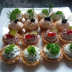 Petit fours I bake these small tarts in stock. They can be filled sweet or savory and are an ideal finger food for parties. Party Finger Foods, Snacks Für Party, Finger Food Appetizers, Tapas, Canapes Recipes, Appetizer Recipes, Gourmet Recipes, Cooking Recipes, Fingerfood Party