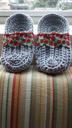 Estes slippers foram trabalhados em fios de algodão com a técnica de crochê, feito em março de 2015.
