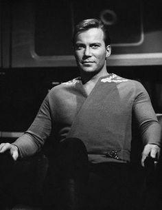 Kirk, em pose clássica com seu uniforme alternativo e um olhar forte e determinado, que sempre era característica do personagem.