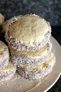 Nadire Atas on the Most Amazing Alfajores My Recipes, Sweet Recipes, Cooking Recipes, Chilean Recipes, Chilean Food, Cake Servings, Sin Gluten, Sweet Bread, Tray Bakes