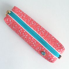 The pen case consisting of pink kimono fabric and a turquoise blue zipper will brightly stand out on your desk.