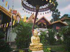 Temples of Lampang.Thailand. Siento un cariño especial por la ciudad de Lampang desde que la descubrí hace unos años. Llevaba fija la idea de ver el famoso templo de Lampang Luang y, con la excusa, me dio para escribir y tomar unos tragos con unos tipos del equipo de fútbol local.