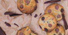 Cookies com chocolate são uma boa ideia de presente aos amigos e parentes - e o melhor de tudo, podem ser feitos com grande antecedência. Asse os biscoitos e, após esfriarem, guarde em travessas de plástico bem tampadas. Se preferir, use folhas de papel-manteiga para separar as camadas de biscoitos na travessa. Clique no MAIS para ver a receita