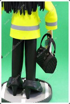 Fofucha Ingeniera personalizada con casco ,su chubasquero reflectante, bolso, zapatos de tacón, y cono de señalización.  Todas mis muñecas están registradas y está prohibida su copia.  www.xeitosas.com