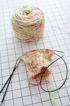 Tricot petits diamètre en rond - knitting small pieces in the round dans le nid du tisserin Knitting Socks, Knitting Stitches, Magic Loop, Wool Thread, Needlework, Knit Crochet, Sewing Projects, Floral, Boot Cuffs