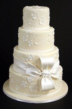 White Wedding Cakes A pretty bow perfectly complements this flower-covered confection. Cake by Mark Joseph Cakes (=) - Need some inspiration for your cake design? Check out these impressive confections! Wedding Cakes With Cupcakes, White Wedding Cakes, Elegant Wedding Cakes, Wedding Cake Designs, Cupcake Cakes, Ivory Wedding, Bow Wedding, Shoe Cakes, Floral Wedding