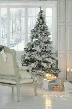 White Christmas Tree Decorations, Flocked Christmas Trees, Beautiful Christmas Trees, Noel Christmas, Christmas Fashion, Country Christmas, All Things Christmas, Winter Christmas, Xmas