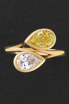18K yellow gold ring with pear-cut white and yellow diamonds, bezel-set in a 'moi et toi' style