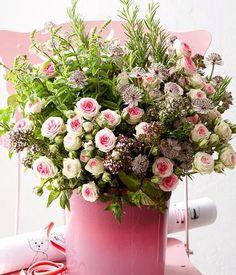 Rosen, Sterndolden und duftende Kräuter: der Strauß sieht traumhaft schön aus und lädt durch den beruhigenden Duft seiner Kräuter zum Träumen ein.