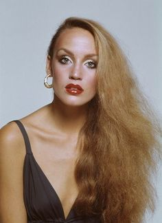 Jerry Hall - mega model - married Mick Jagger - she was born in small Texas town - starboard to icons like Warhol Studio 54 Rolling Stones -- Jerry Hall, Makeup Trends, Beauty Trends, Georgia, Top Models, 70s Hair And Makeup, 1970s Hairstyles, Studio 54, Vintage Makeup