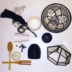 Nyhet! Svarta och vita handdrejade muggar i vågig struktur. Hör av er till oss för att få veta vart er närmaste återförsäljare finns. @atlashome #atlashome #black #white #blackandwhite #mugg #marockanskkeramik #lykta #höstmys #höst #autumn #marocko #marrakech #morocco #design123 #inredning #kök #design #handcrafted #hantverk #jul