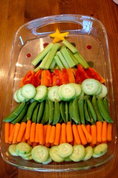 Festive veggie platter. Use any of your favorite veggies (fruits, too). Just add your favorite vegan dip(s) and you're all set! ⭐️