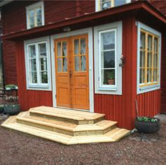 Glasveranda, trappa Red Houses, Porch Veranda, Patio Steps, Door Steps, Garden Inspiration, Entrance, Stairs, Cottage, Backyard