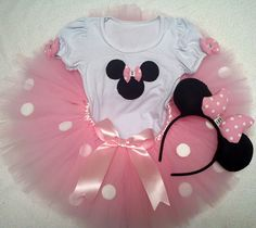 Conjunto tutu Minnie rosa                                                                                                                                                      Mais Minie Mouse Party, Minnie Mouse Rosa, Mickey Party, Minnie Birthday, 1st Birthday Parties, Girl Birthday, Mickey Baby Showers, Mickey E Minie, Barbie