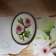 고마운분께 드리는 선물~~~ 잎부분 디자인이 좀 마음에 안들었지만 급하게 만들어야해서 생각하고 고민할 시간이 없이 후다닥 그래도 선물할 수 있어서 다행이다 #프랑스자수 #자수타그램 #바느질#취미 #핸드메이드 #브로치 #꽃 #embroidery #sewing #handmade #needlework #flower