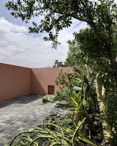 Luis Barragán | Casa Eduardo Prieto en El Pedregal | Mexico DF | 1947-1950 Spiritual Garden, Architecture Tattoo, Building Exterior, Residential Architecture, Exterior Design, Places To Visit, Sidewalk, Mexico, Landscape