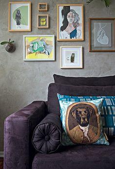 A almofada de cachorro em trajes chiques dá um toque de diversão à sala decorada pela designer de interiores Renata Parasmo