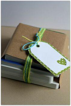 وقتی قراره کتاب و دفتر هدیه بدید، این خیلی ایده خوبیه که ساده هم هست! یه تیکه کاغذ کاهی می خواد و نخ گلدوزی