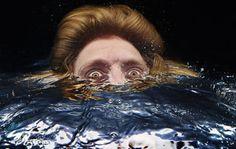 Desternillantes retratos de personas asomando la cabeza bajo el agua