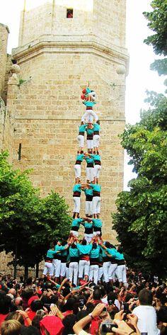 Castellers, tradición catalana en Barcelona. Estas torres humanas están formadas por personas de todas las edades que participan de forma libre y voluntaria. Los castells representan los valores universales de cooperación, democracia, trabajo en equipo y espíritu de superación.
