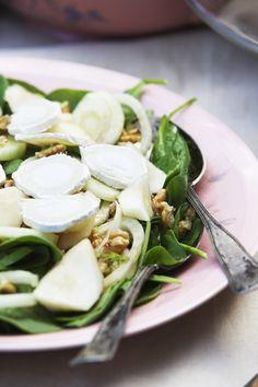 I madskribent Mai Knauers have vrimler det med saftige pærer, der skriger efter at blive brugt i køkkenet. Derfor har hun inviteret os på en sprød og sæsongod pæresalat. Snup hendes opskrift her!