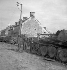 PIAT anti-tank gunners of The Regina Rifle Regiment who knocked out a German PzKpfW V Panther tank thirty yards from Battalion Headquarters, Bretteville-l'Orgeuilleuse, France, 8 June Canadian Soldiers, Canadian Army, D Day Normandy, Normandy France, Ww2 Tanks, Military Weapons, German Army, War Machine, Military History