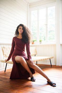 <p>Oj, w tej sukience trudno będzie od Was oderwać wzrok! Przedstawiamy Wam Kobiecą Historię, czyli nasze podejście do tematu MAXI. <br></p> <p>Jest z pazurem, ale wciąż prosto i klasycznie - tak jak lubimy najbardziej! Górę możecie dobrze kojarzyć z naszym bestsellerowym Longsleevem. Mamy tu delikatnie głębszy dekolt, dłuższe rękawy i średniej wielkości kieszonkę, która dodaje całości miejskiego charakteru. Taliowanie jest subtelne, tak, by nieprzesadnie podkreślać sylwetkę, jedynie lekko… Chic, Style, Fashion, History, Shabby Chic, Swag, Moda, Elegant, Classy