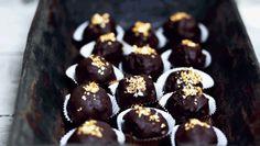 Små lækre mundfulde fyldt med chokolade og hasselnød. Guldstøvet kan udelades, men flot ser det ud!