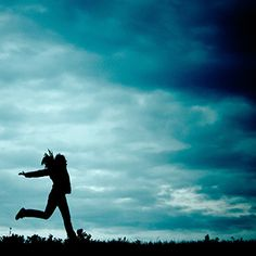 """Leben wir heute in einer Welt, die schwierigere Herausforderungen an unsere Identitätsbildung stellt als in vergangenen Zeiten? """"Eindeutig ja. Die Anforderungen und Kontexte sind so vielfältig und rasch wechselnd, das Individuum erlebt sich in so unterschiedlichen Aspekten und Schattierungen, dass es immer schwieriger wird, einen subjektiven Standpunkt, ein kohärentes Selbst aufrechtzuerhalten.""""  Interview mit Peter Conzen zum Werk """"Die bedrängte Seele. Identitätsprobleme in Zeiten der…"""