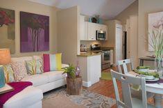 Nem kell félni a színektől a kis lakásokban sem, bár a falakat illetően érdemes visszafogottan dekorálni világos árnyalatokkal - az élénk színű dekoráció inkább a kiegészítőkkel ideális, legyen szó műtárgyakról, képekről, textilekről, párnákról vagy éppen egy feltűnő színű bútorról, kanapéról