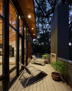 Midvale Courtyard House is a renovation and addition of a mid-century modern ranch house in Madison, Wisconsin, designed by Bruns Architecture. House Design Photos, Cool House Designs, Modern House Design, Modern Interior Design, Home Design, Design Ideas, Design Room, Chair Design, Design Inspiration