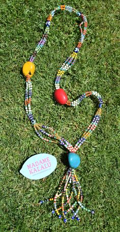 Collar de taguas realizado de manera artesanal por Madame Kalalú. Cuentas de varios colores y taguas de colores: amarilla, roja y turquesa. Ramillete de cuentas rematadas con ojos de Panamá. #altaartesania #exclusividad #madamekalalu (Ref. COTALO0029)