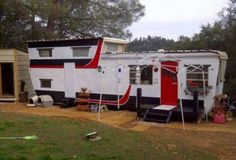 This is a great 1954 Pacemaker Tri-Level Mobile Home Remodel! 2 story vintage mobile homes are treasured for good reason - they are rare and awesome! Mobile Home Renovations, Remodeling Mobile Homes, Home Remodeling, Retro Trailers, Vintage Travel Trailers, Vintage Campers, Mobile Home Living, Rv Living, 2 Story Mobile Homes