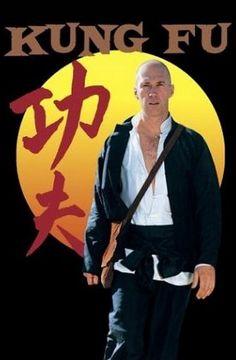 """Kung Fu (1972 - 1975) İşte dönemimizin unutulmazlarından biri daha.. o zamanlarda herkes birbirine """"Çekirge"""" derdi :) Kung Fu, Şholin rahibi Kwai Chang Caine'in üvey kardeşi Danny Caine'yi arama maceralarını anlatırdı. Bu dizinin fikri aslında Bruce Lee ye aittir..ancak Hollywood yapımcıları bu çekik gözlüye bir oyun yapar ve fikri çalar.. Baş rolünede Carradine yi getirir.. Aslında Bruce Lee diziden pek bir şey kazanmayı değil oynamak istediğini yapımcılara önceden de söylemiştir"""