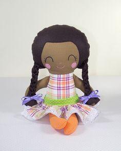 Boneca de Pano Negra com Tranças Brinca e Sonha.    Produzida artesanalmente.    Cores do cabelo e dos tecidos das roupinhas podem ser personalizados.    Modelagem padrão norte americano.    Aproximadamente 42 cm de altura.    Detalhes do rostinho bordados à mão.    Tecidos que compõem a boneca: algodão e feltro.    Enchimento em fibra antialérgica.    pattern Dolls And Day Dreams. R$ 65,00