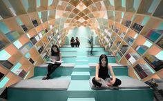 Een spacy ruimte in een bibliotheek in het Mexicaanse Monterrey. De spectaculaire omsluitende boekenkast is ontworpen door Anagrama.