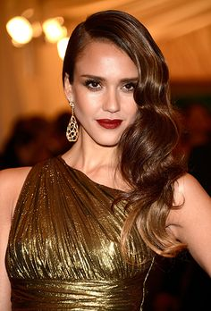Brides.com: Wedding Beauty Inspired by The Great Gatsby. Jessica Alba's Sleek Waves. Smooth-as-silk waves like Alba's are Old Hollywood-gone-gorgeous and a wedding-day must for brides who want to wear their hair down. Alba's deep red lips are also a nod to one of the most popular shades from the '20s.