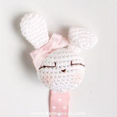 Chupetero Conejita Amigurumi Cinta topitos Crochet Baby Toys, Crochet For Kids, Crochet Flower Patterns, Crochet Flowers, Crochet Rabbit, Knit Crochet, Crochet Pacifier Holder, Crochet Bookmarks, Pencil Toppers
